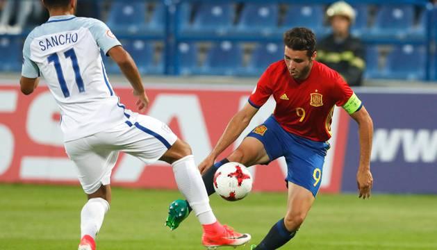 El delantero y capitán de España sub-17, Abel Ruiz, frente a un rival.