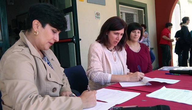 La consejera Solana, con la alcaldesa de Mendavia y la directora del IESO.