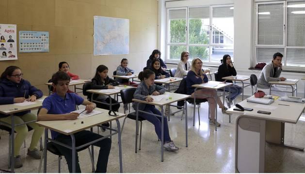 Un grupo de alumnos, ayer antes de comenzar el examen de chino en el edificio de El Sario de la UPNA.