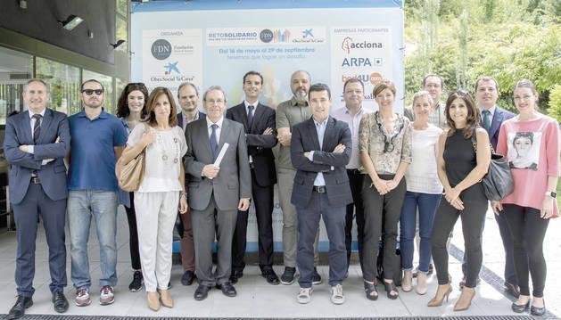 Representantes de las empresas participantes en el Reto solidario, junto a Virgilio Sagüés, presidente de la Fundación Diario de Navarra, y José Luis Larriú, director de Banca de Empresa de CaixaBank.