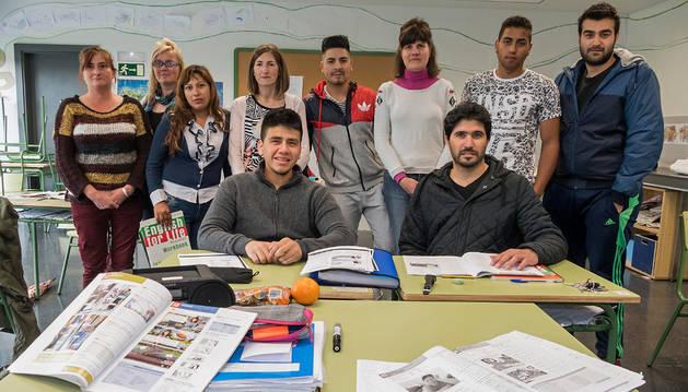 Parte de los alumnos que terminan la segunda promoción de ESO para adultos en Estella durante la clase de este jueves.