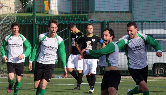 Guille Arbeloa, Ilintxeta y Ayesa celebran con Sádaba el golazo que marcó el lateral ayer.