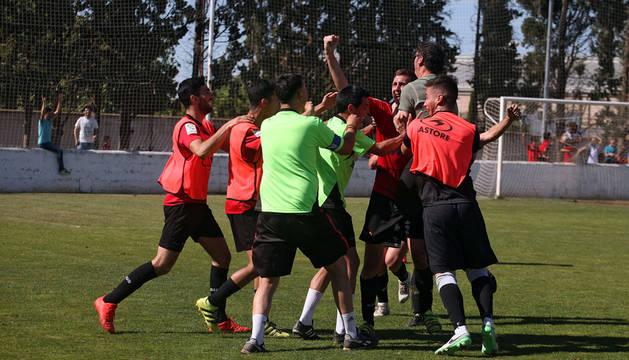 Raúl Chueca, con el puño en alto y con el entrenador, 'Chole' Caudal, abrazado, celebra su segundo gol.