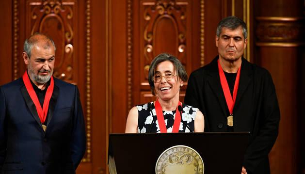 Los arquitectos galardonados Carme Pigem (c), Rafael Aranda (d) yRamon Vilalta (i) reciben el premio Pritzker.