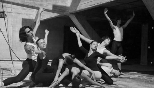 Bailarines de Anexa, posando en San Sebastián para la obra Cuarteto para 8 + 1. A la derecha, sentado, José Ángel Pellejero.