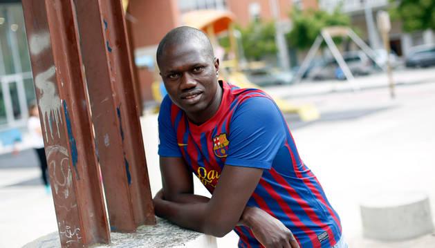 """Foto de Cheikhouna Ieng en la Chantrea, """"el mejor barrio del mundo"""", con la camiseta del Barça, """"el mejor equipo del mundo""""."""