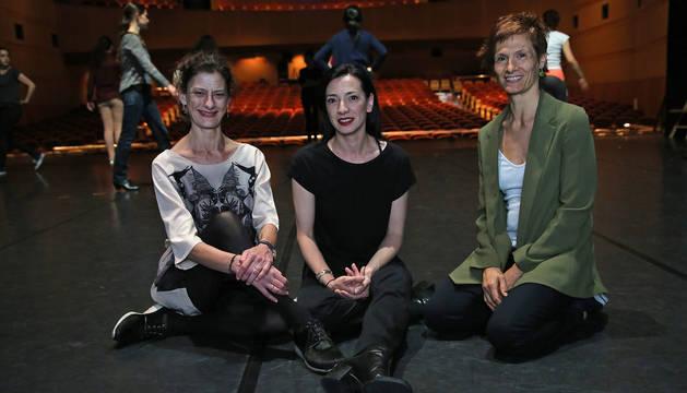 Uxua Bonafonte (izq.), Yolanda Barbería y Marisa Vera, el pasado jueves en el Auditorio Barañain, antes de que comenzara la Gala de la Escuela de Danza.