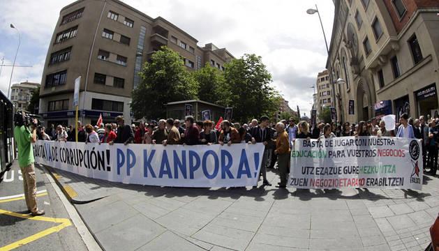 Cabeza de la manifestación en la plaza de Merindades.