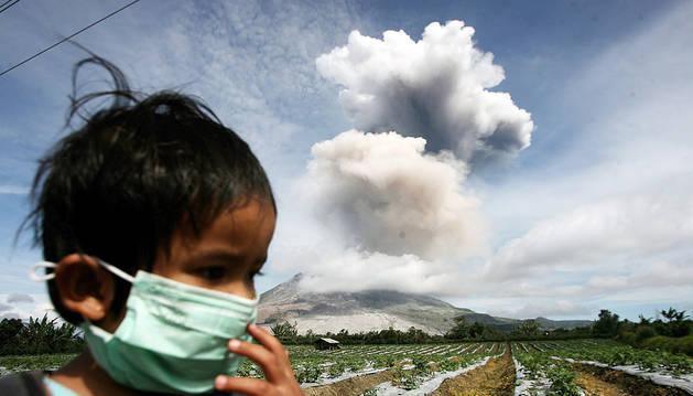 El volcán Sinabung expulsa una nube de ceniza de 4 kilómetros de altura