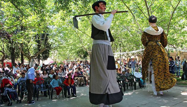 El público contempla la actuación de la Nueva Comparsa de Gigantes durante el festival.