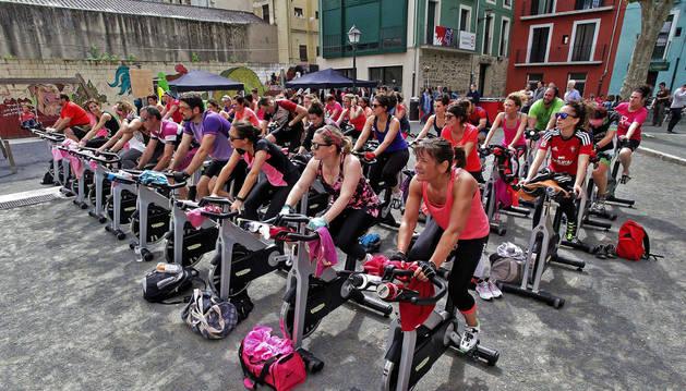 Foto de los participantes en las dos sesiones de spinning que tuvieron lugar en la plaza Santa Ana.