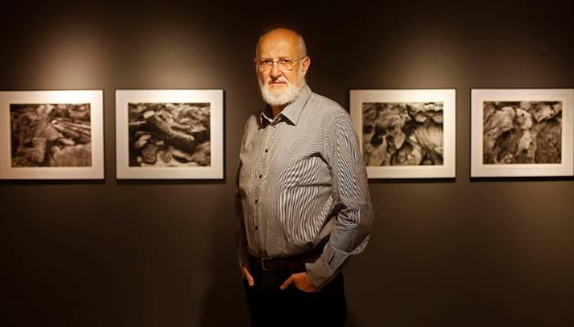 Pío Guerendiáin, en la sala, con sus fotografías.
