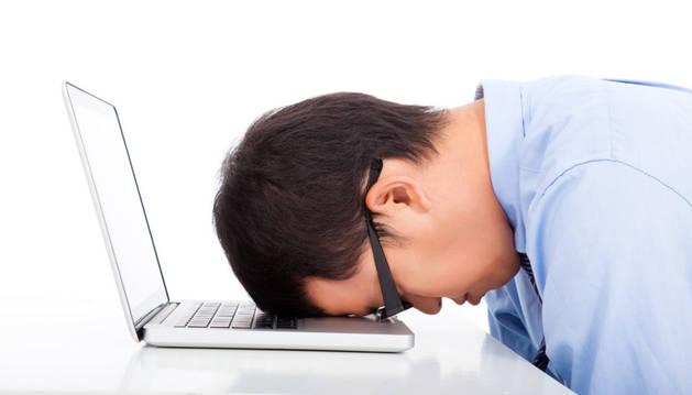Una persona se desespera delante del ordenador.