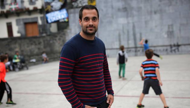 Oinatz Bengoetxea, en la plaza de Leitza mientras un grupo de chicos del pueblo juega en el frontón. El leitzarra está en el mejor momento de su carrera como pelotari profesional. El domingo irá a por su segundo Manomanista.