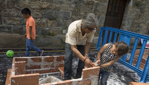 Momento de construcción de una de las casitas.
