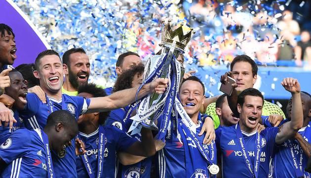 Imágenes de la celebración de los jugadores del Chelsea tras recibir el trofeo de campeón de la liga inglesa