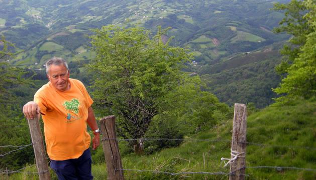 José Díaz López, esta semana, en una imagen tomada desde la ermita de Santa Bárbara (853 m.), en Gorriti, donde se asentó el antiguo castillo, fortaleza fronteriza. Detrás, el Balerdi y Malloak, con los pueblos del valle de Araitz, ya en la muga con Guipúzcoa.