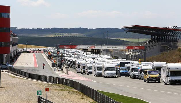 Multitudinaria concentración de motos y autocaravanas en el Circuito de Navarra