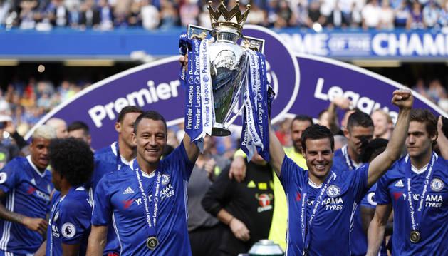 Azpilicueta levanta la copa de campeón junto a John Terry, veterano capitán que se despedía del Chelsea con 36 años