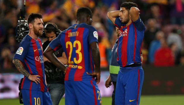 Messi, Umtiti y Suárez con gesto de circunstancias tras el partido