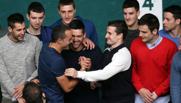 Foto de Juan bromea con los riojanos Gorka y Miguel Merino durante la foto de familia.