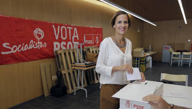 La secretaria general del PSN, María Chivite, en el momento de depositar su voto en la sede socialista de la localidad navarra de Sarriguren.