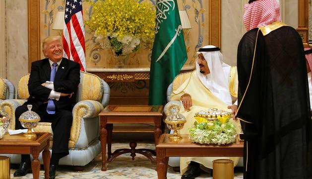 Donal Trump, junto al monarca saudí Abdulaziz Al Saud.