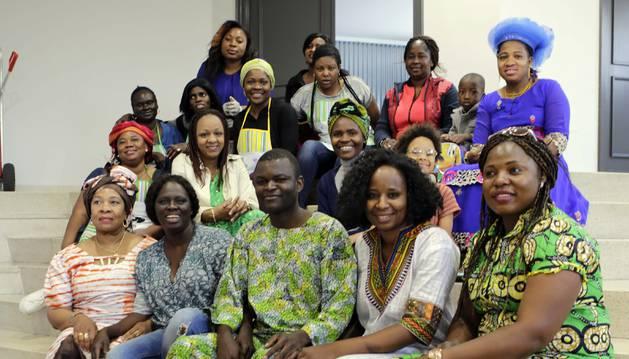 Parte de la comunidad africana que se reunió para comer en el colegio Jesuitas el sábado. En primera fila, tercero y cuarta por la izquierda, respectivamente, Richard Ongala y Farmata Watt. En la tercera fila, con delantal, Judith Djoule.