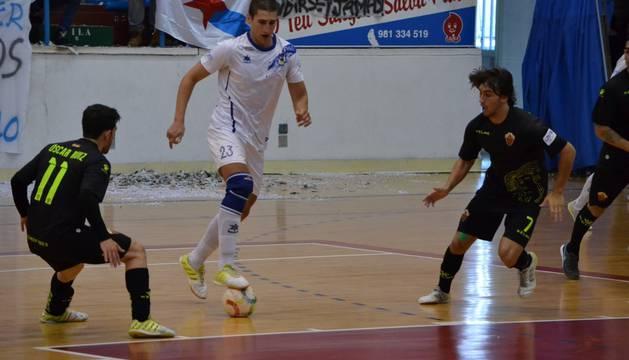 Zalacaín conduce el balón en el primer partido de los 'playoff'.