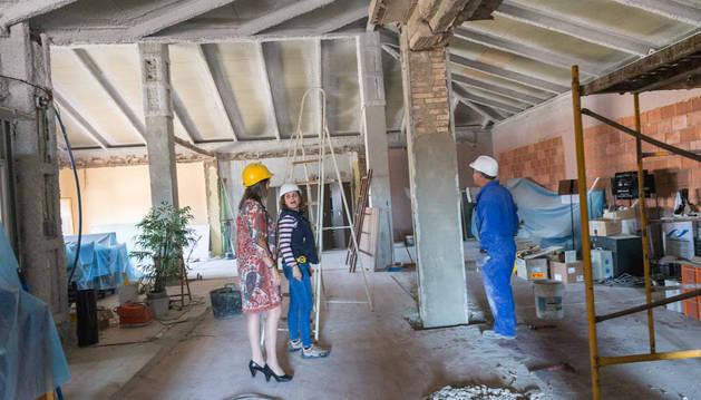 Conchi Ausejo, a la izquierda, visita las obras que se realizan en la Casa Consistorial.