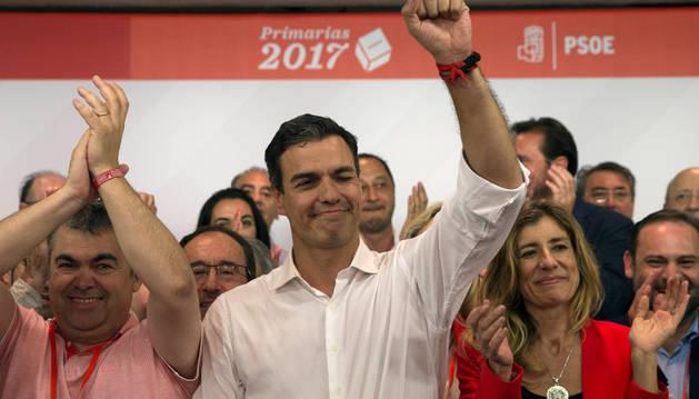 Santos Cerdán y Pedro Sánchez, celebrando la victoria, el domingo.