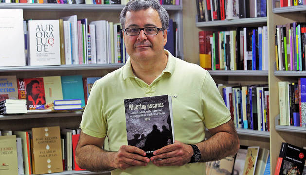 Fernando Mikelarena, ayer, en la librería Auzolan de Pamplona.