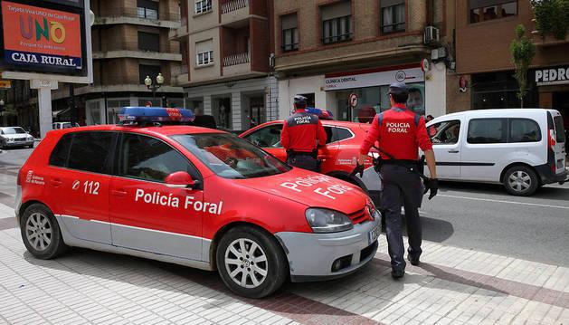 Agentes de la Policía Foral, en una operación desarrollada en Tudela.
