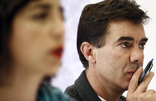 La hasta ahora secretaria general de Podemos en Navarra, Laura Pérez, durante la rueda de prensa que ha ofrecido este lunes junto al diputado Eduardo Santos, nuevo secretario general de la formación.