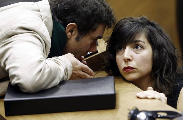 La portavoz del grupo parlamentario de Podemos, Laura Perez, junto a su compañero de formación Eduardo Santos, durante un pleno de la Cámara foral.