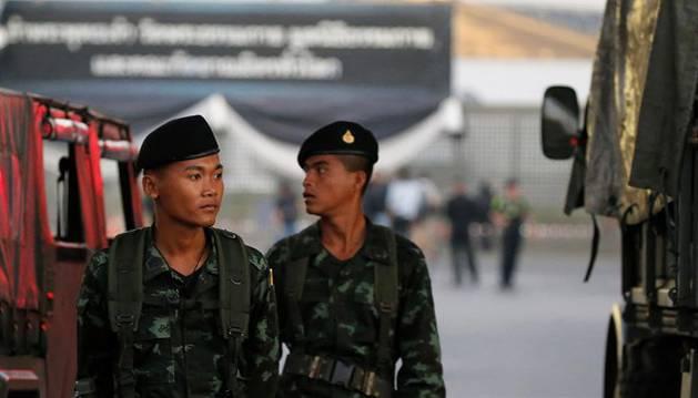 Foto de dos militares del ejército tailandés.