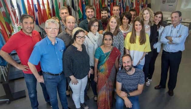 La india Sreemmathy Kalugotla,  ayer junto a trabajadores de la asociación Muchos Pocos de MTorres.