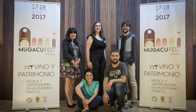 En primera fila, Pilar Martínez de Olcoz e Ismael Mendaza. De pie, Mari Cruz Ortigosa, Yoar García y Nacho Ciaurri presentaron ayer el festival.