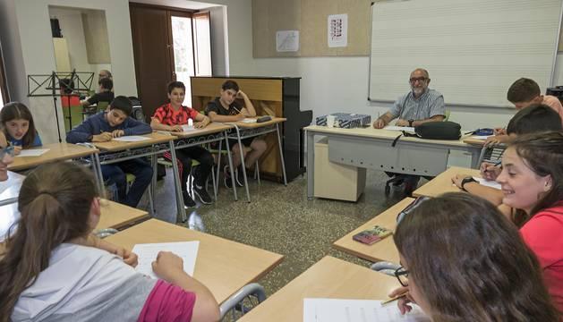 Alumnos de la escuela de música, en una clase ayer por la tarde con Josetxo Sánchez como profesor.