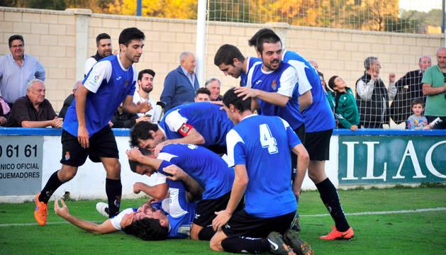 La plantilla celebra un gol de liga ante el Cirbonero.