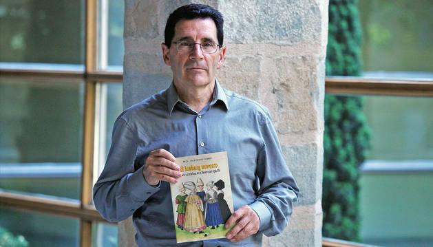 Peio Monteano, mostrando la portada del libro El iceberg navarro, que presentó ayer en el Archivo General de Navarra.