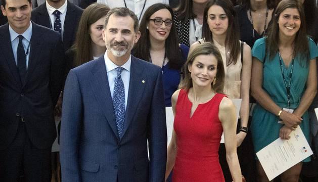 Los Reyes entregan becas de La Caixa a 120 estudiantes españoles