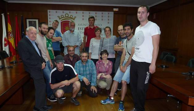 Foto de los solicitantes de gran parte de los proyectos participativos con Koldo Leoz y Unai Errazquin.