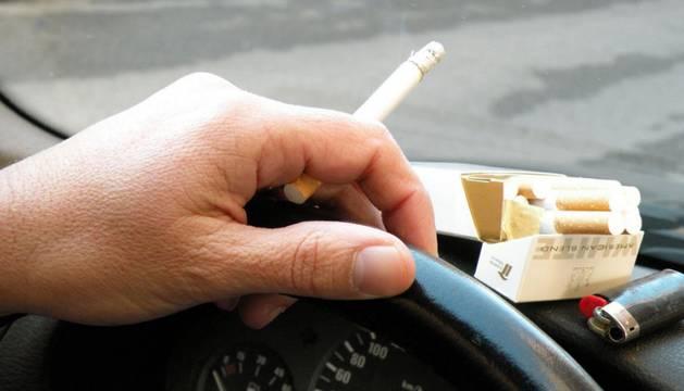El cigarrillo al volante, de momento, es legal.