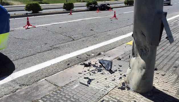 Foto de la farola contra la que ha chocado el motorista.