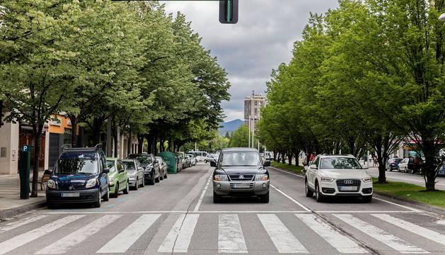 Varios vehículos aparcados en Pío XII.