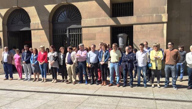 Foto del Parlamento de Navarra condena el atentado de Manchester.