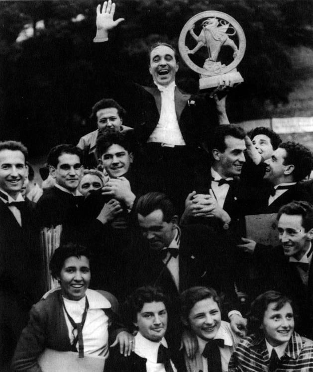 Juan Eraso sale en volandas con el Gran Premio del Festival Llangollen de Gales en 1952. Bajo el trofeo y sosteniendo a Eraso, Félix Leiza.