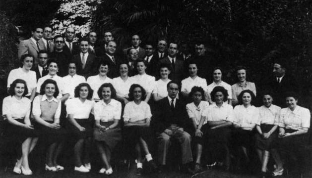 Imagen de la primera formación del Coro, con Juanito Eraso sentado en el centro.