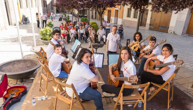 La Orquesta de Guitarras tocó en la plaza Mercadal.